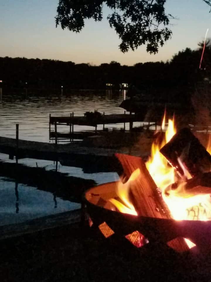 Cozy Rockford Lake Cottage