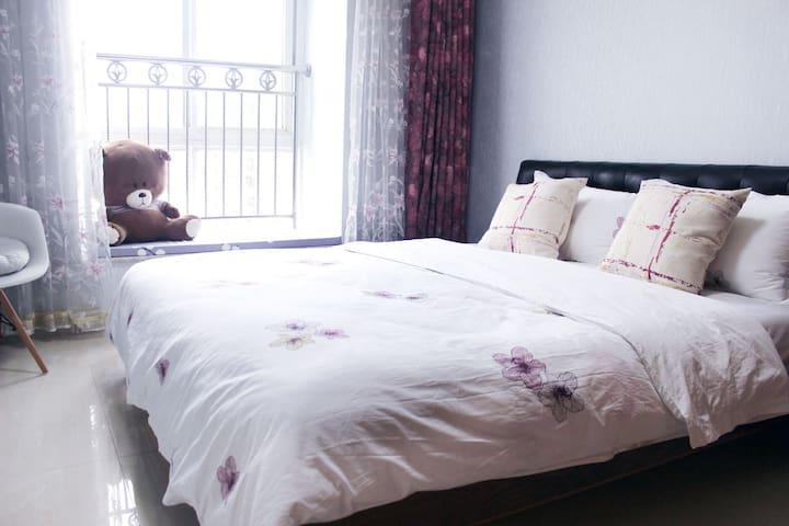 床品全棉,舒适干净,室内配有电视机,空调,衣柜。