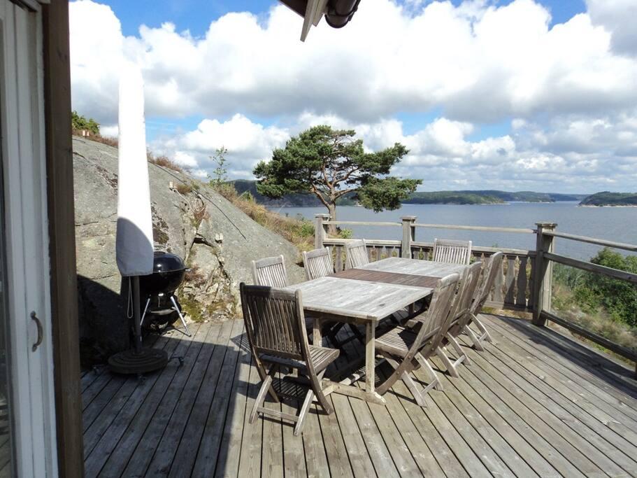 Altan med stort bord, grill och parasoll