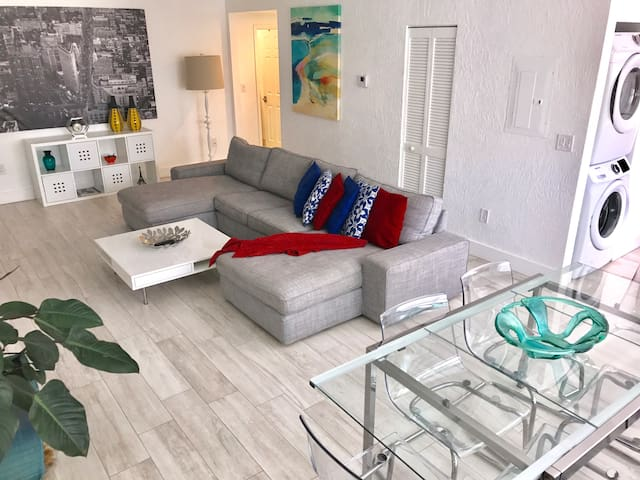 Modern 2 bedrooms 2 baths near the Beach