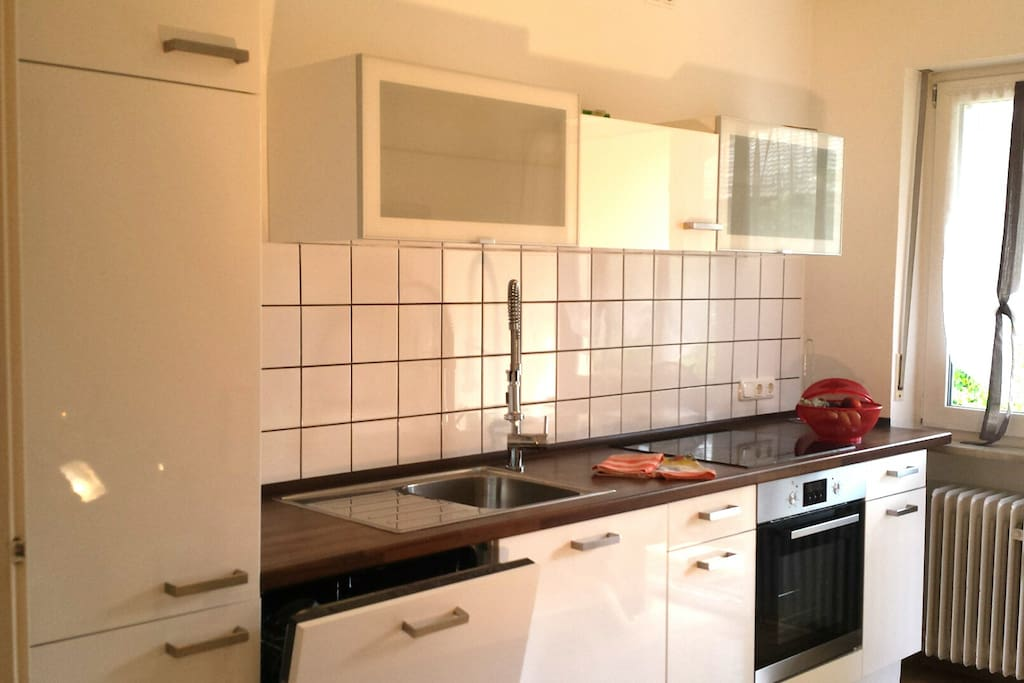 die Küche in der sich jede Hausfrau wohlfühlt , mit Gechrirrspüler, Induktionsfeld Herd mit Backrohr und sämtliche elektrischen Geräten