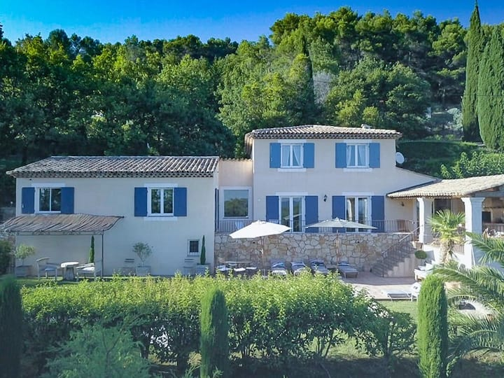 High level villa on beautiful landscaped plot, pool, in Seillans, Var