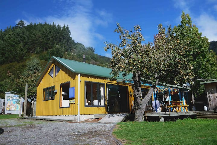 Artistic House Marlborough Sounds - Ngakuta Bay - รถบ้าน/รถ RV
