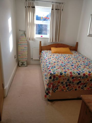 Vibrant Double Bedroom with fantastic location - Swindon - Apartment