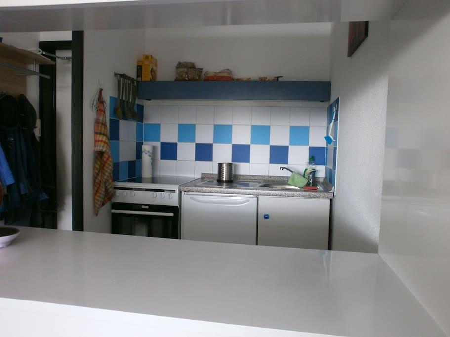 Blick zur Küchenzeile von der Essecke