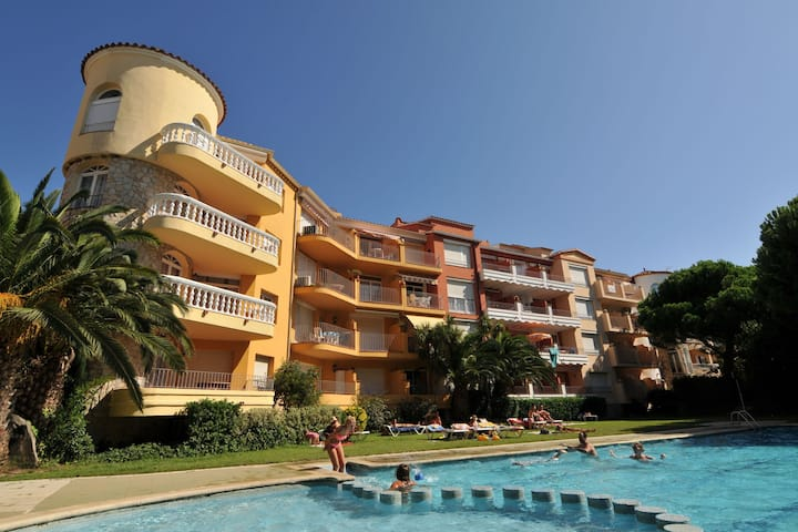 Cozy Apartment in Empuriabrava with Swimming Pool