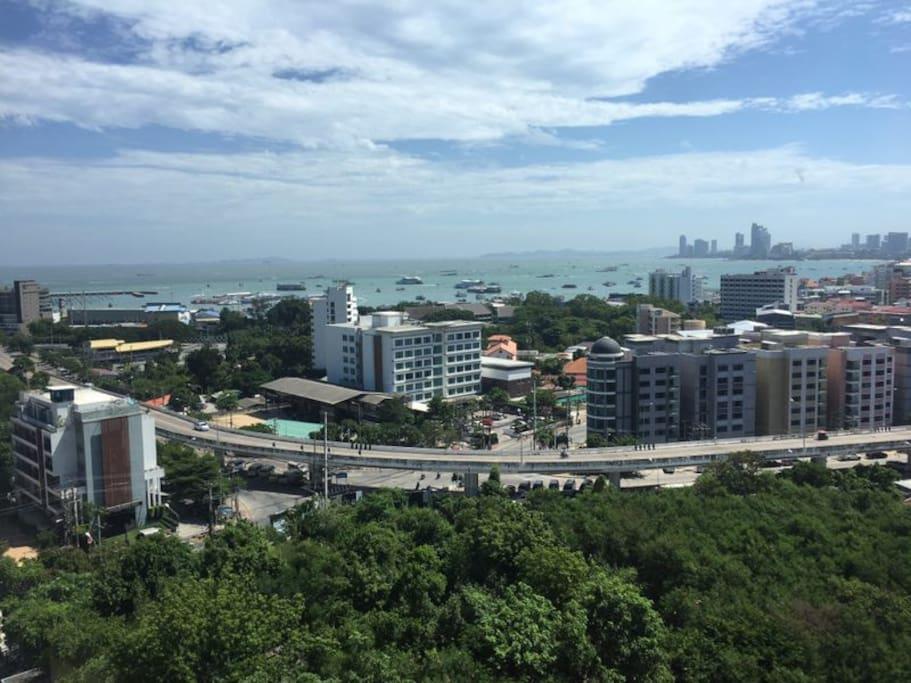 从楼顶俯视整个海湾