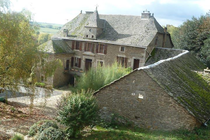 Chambre à louer en Aveyron - Salles-Curan - Hus