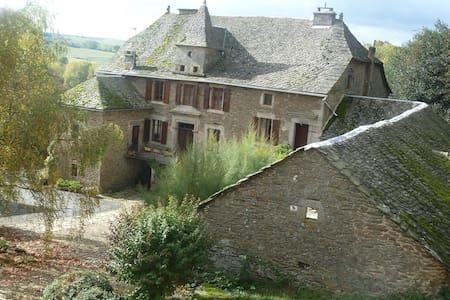 Chambre à louer en Aveyron - Salles-Curan - Huis