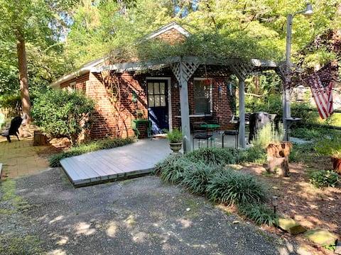 Vintage Cottage Near Downtown! Cozy, Comfy, Clean