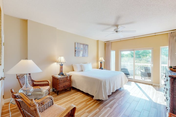 Second-floor studio w/pool views, shared hot tub, outdoor pool, tennis, gym!