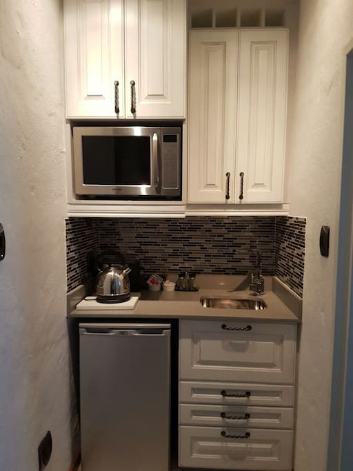 Small kitchenette with bar fridge, microwave, kettle & toaster incl basic tea and coffee