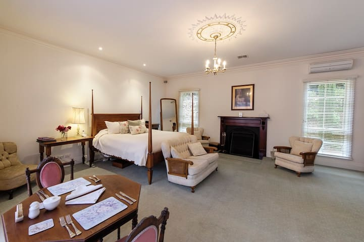 Luxury at Montfort Manor - Windsor Suite
