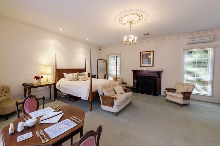 Luxury at Montfort Manor - Windsor Suite
