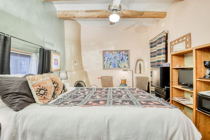 Cozy studio w/ wood-burning fireplace & patio - walk downtown!