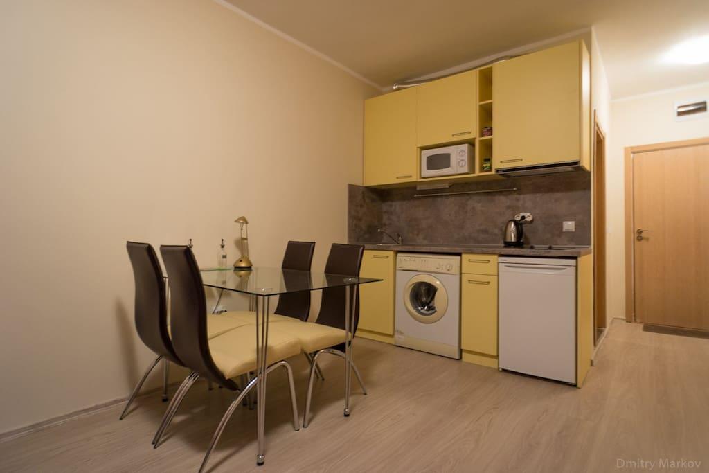 Полностью оборудованная кухня, включая холодильник, микроволновку, чайник и посуду
