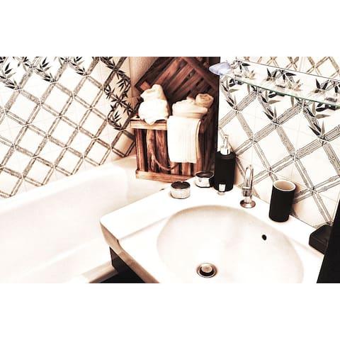 La salle de bain comporte une petite baignoire avec une vasque
