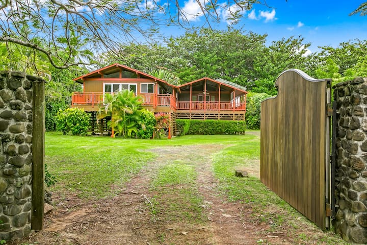 New!  Your very own tropical paradise!  Mountain Views, walk to the beach.