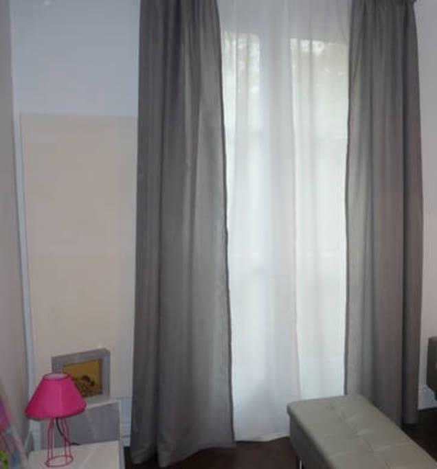 Côté salon avec accès direct à la terrasse: canapé, couchage 90x200 en mezzanine, lecteur audio cd/radio/usb, accès wifi, jeux de société, livres et magazines...
