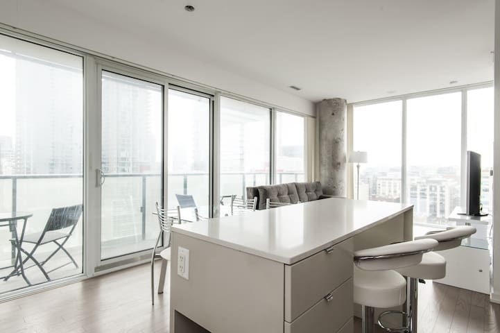 Luxury 2 BR Corner Suite in the ❤️ of Downtown Toronto
