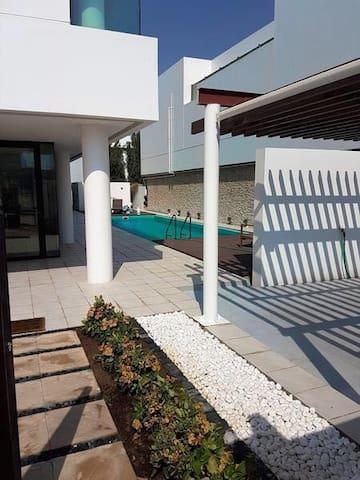 Huge Master Bedroom in a big villa - Dubai - Hus