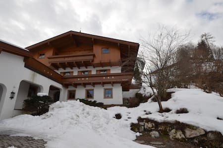 Chalet Lottie, sleeps 14, near skiing and golf - Schloßberg