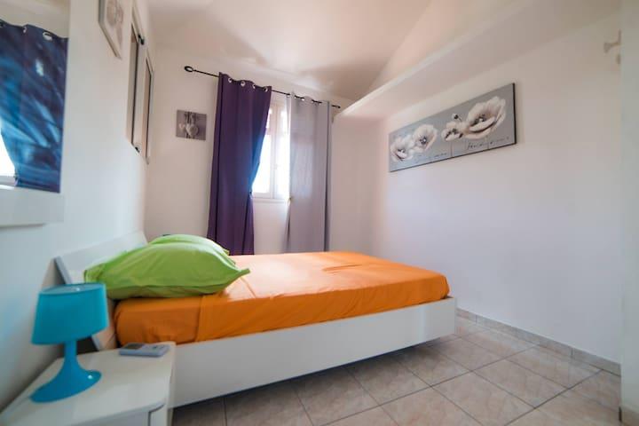 chambre communicante 1 lit double avec celle des 2 lis simples-à l'étage