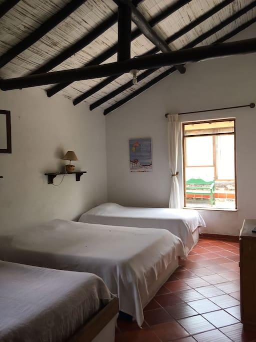 Esta es una de las dos habitaciones luminosas y amplias con las que cuenta la cabaña.  Tiene  cambas dobles y sencillas.