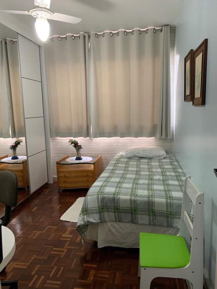 Apartamento amplo, arejado e totalmente  mobiliado