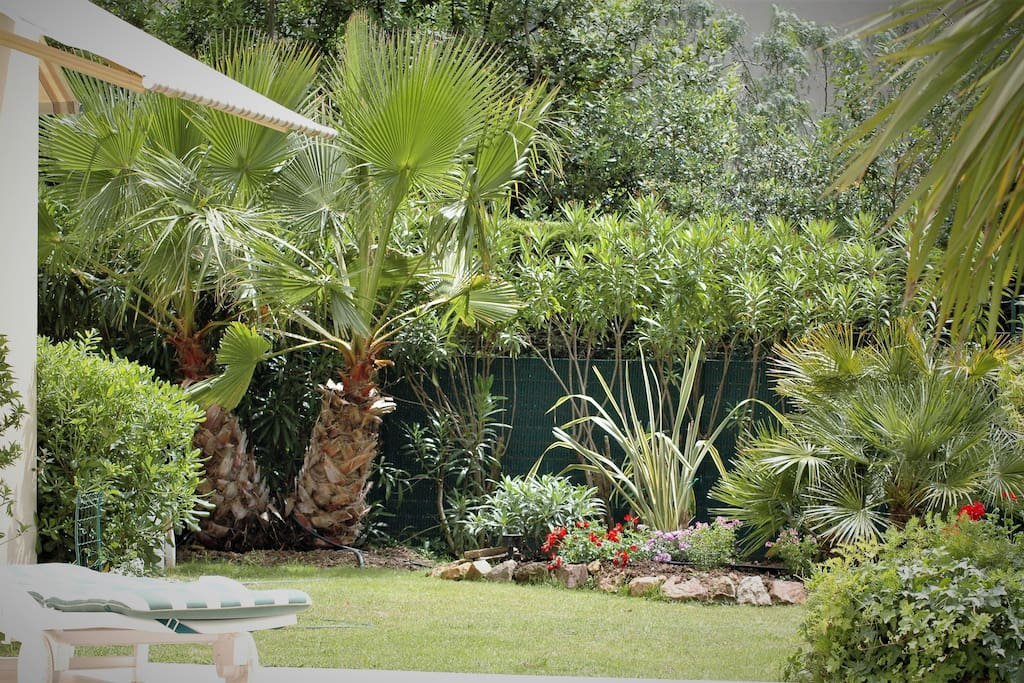 un grand jardin privé en L