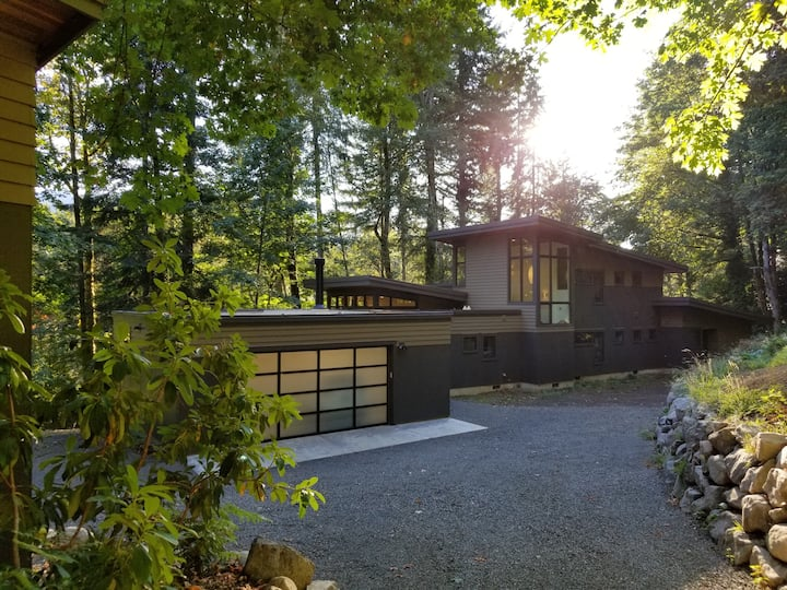 Modern Luxury Nestled in The Woods (Max. 6 Adults)