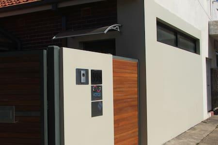 Vanap Inner Sydney 3br Apartment - Croydon Park - Lakás