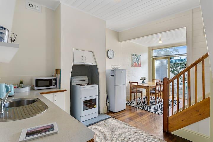 Cosy Glebe cottage - walk to central Hobart