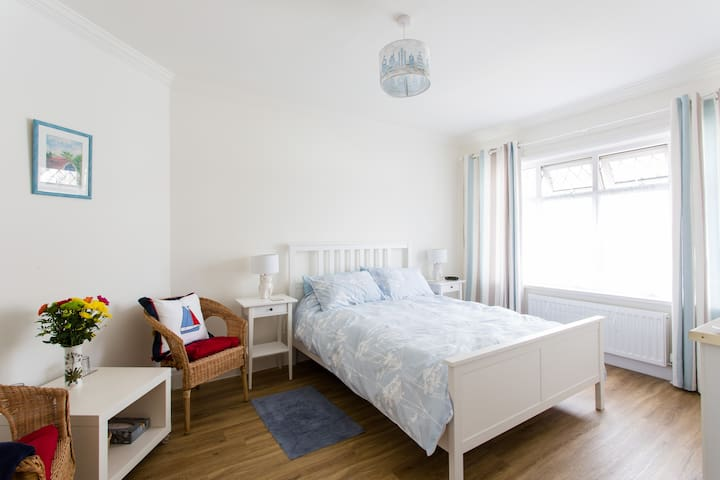 Beautiful large room near sea/town - Porthcawl - Hus