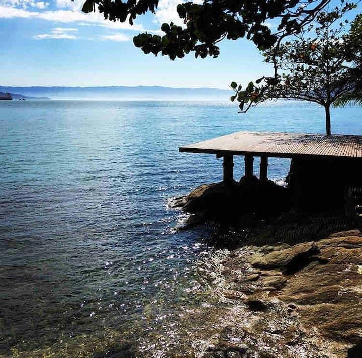 Casa panorâmica frente ao mar com praia particular