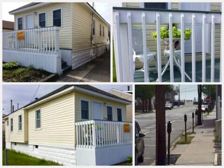 Cozy/updated-Home Bright & Beachy 4 bed rooms-yard