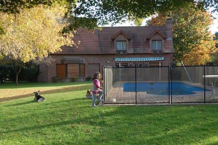 Excelente casa quinta en Barrio Parque El Cazador.