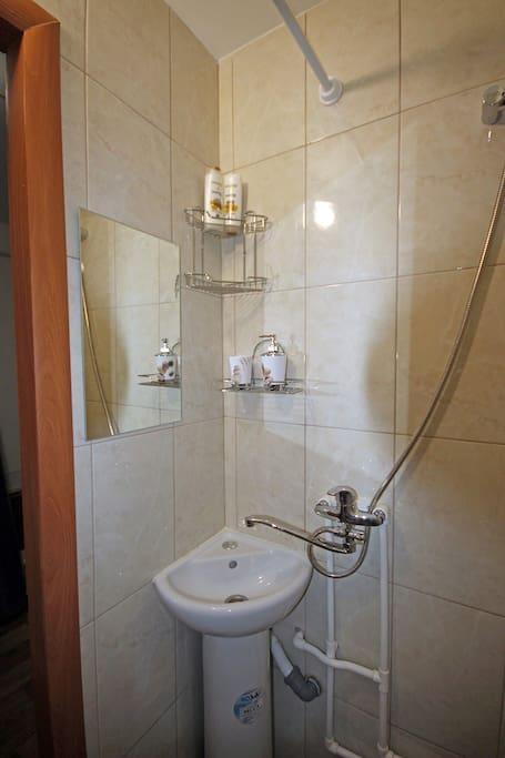 Имеется Душ, шампунь, гель для душа, жидкое мыло, набор чистых полотенец