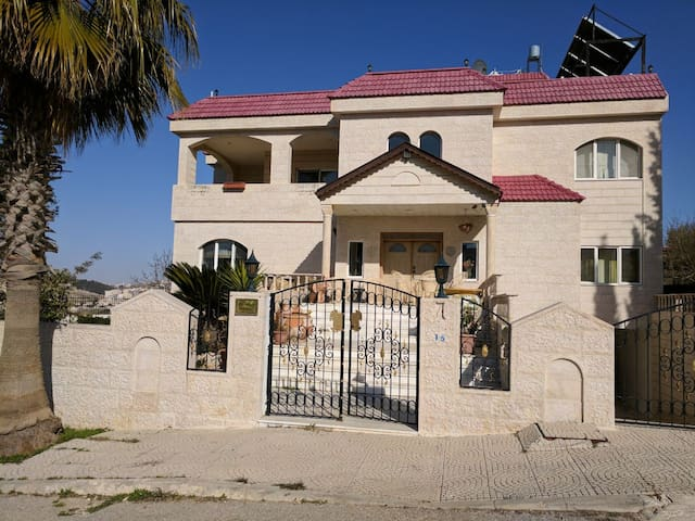 Jollyville, Bed & Breakfast. - Amman - House