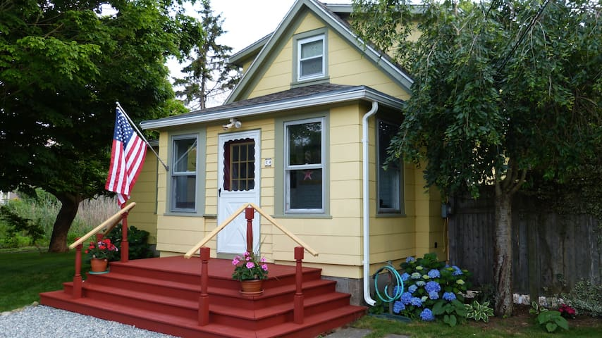 Cozy Bungalow within 5 Min To Downtown Mystic