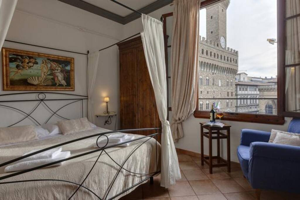 Wonderful flat overlooking signoria square apartments for Interior design jobs in florence italy