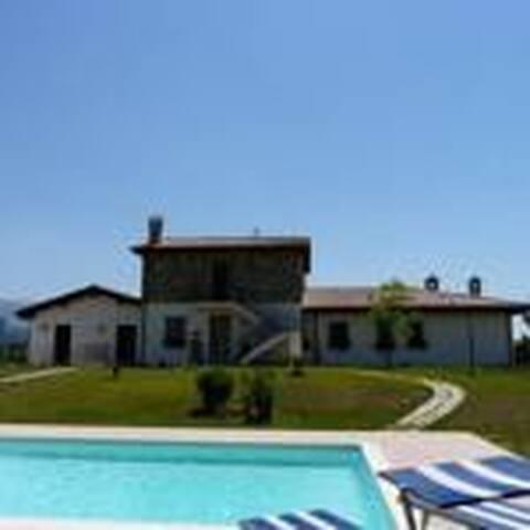 camere private con cucina in villa con piscina