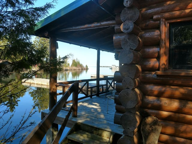 Absolute Serenity, cozy log cabin on the water