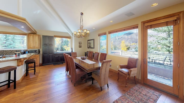 Beautifully Renovated, Luxury 4BR+Den Vail Home