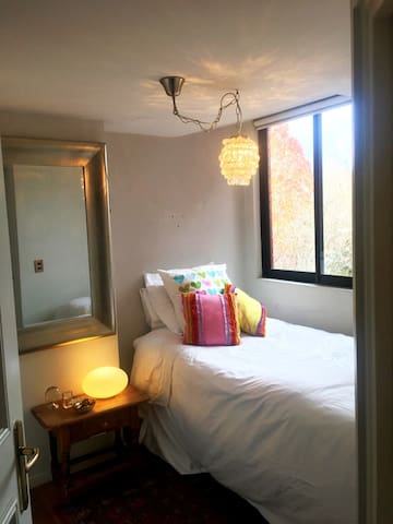Habitación amplia cama