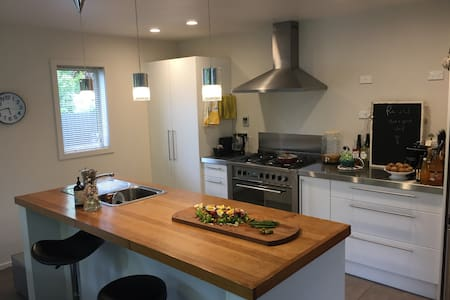 Contemporary + breakfast, sleeps 3 in 2 bedrooms