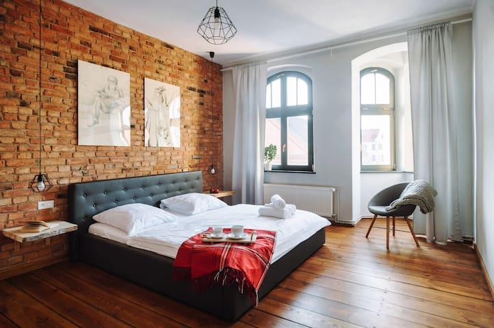 Apartament 4-osobowy, sypialnia z garderobą. Piękny widok na Rynek Nowomiejski