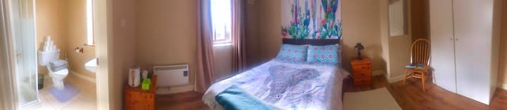 Cozy En-Suite near Cliffs, Pubs, Music, Beach+