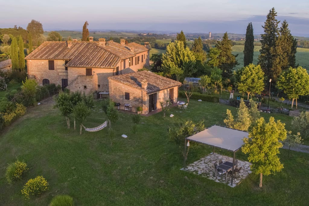 Podere Beci - 2 full size apartments and a quaint Guesthouse