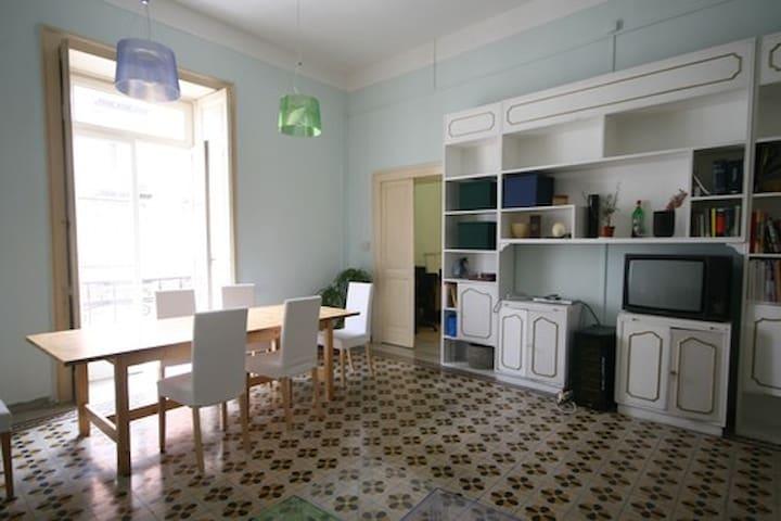 Splendide camere in grande casa a napoli appartamenti in for Splendide planimetrie della casa